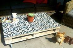 Azulejos marroquinos em paletes, mesa coberta com tecido adesivo.