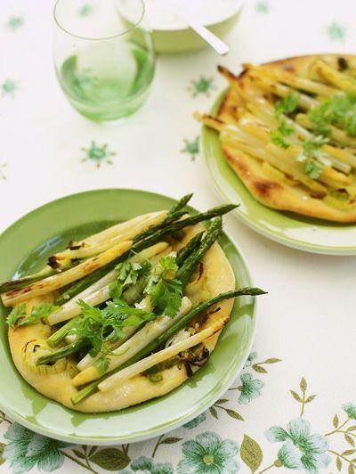 Pizzette met asperges en lente-ui