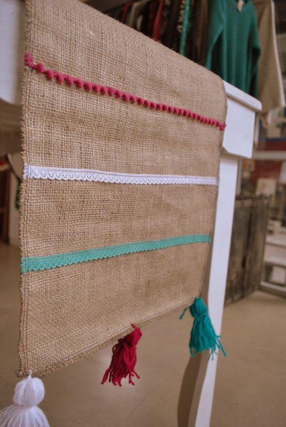 Caminos de arpillera de elaboración artesanal, con detalles de puntillas, pompones y borlas! Decorá tu casa con objetos hechos con mucho amor, sustent...