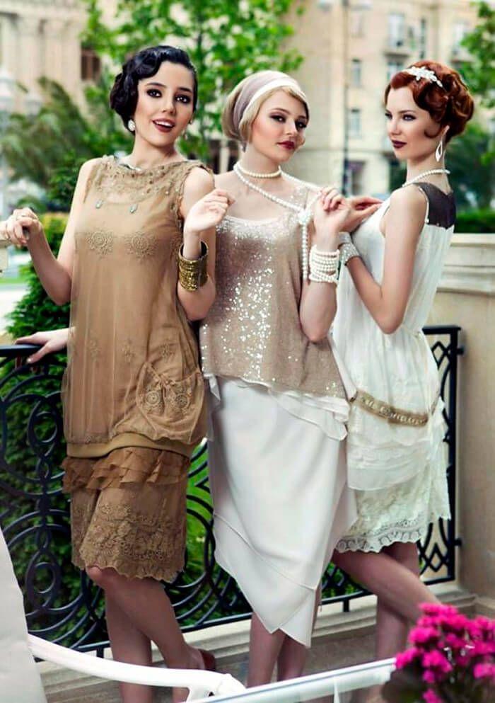 Платье чарльстон  Модное платье того же времени. Лиф прямой, чуть ниже талии, низ состоит из присборенной юбки в два слоя, один слой выше чем другой.