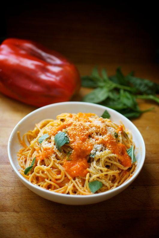 Espaguetis con salsa de pimiento rojo y guindilla, receta italiana con Thermomix