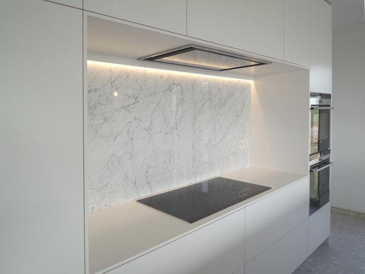 Witte keuken met eiland en indirecte verlichting google zoeken keuken pinterest carrara - Keuken back bar ...