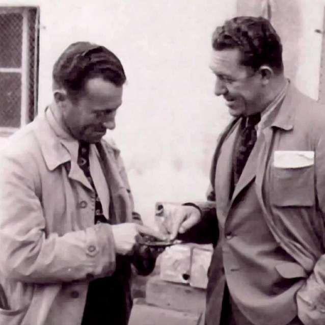 En 1924, los hermanos Rudolf y Adolf Dassler fundaron juntos la Schuhfabrik Gebrueder Dassler, una empresa de calzado deportivo. Después de la Segunda Guerra Mundial y como consecuencia de numerosos problemas relacionados con las mujeres de los dos hermanos, los Dassler liquidan la sociedad en 1948 y se dividen en dos partes iguales. Adolf, apodado Adi, llamó a su firma ADIDAS (por ADI DASsler), mientras que Rudolf eligió el nombre PUMA, fácil de pronunciar en todos los idiomas. ¡Las sedes…