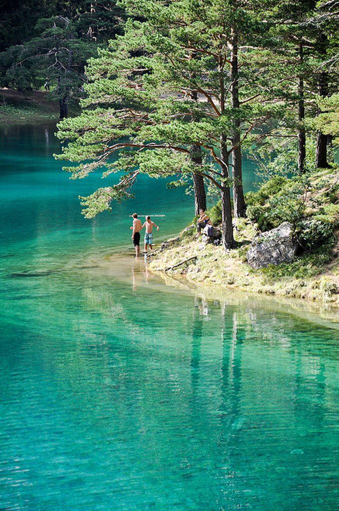"""Lago Verde, Estíria, Áustria. O lago fica localizado na região da Estíria, na Áustria, perto da cidade de Tragöß. É cercado pelas montanhas Hochschwab e por florestas. O nome """"Lago Verde"""" tem origem em suas águas verde-esmeralda. A água, limpa e clara, vem do degelo das montanhas cársticas e possui uma temperatura gelada, entre 6 e 7°C."""