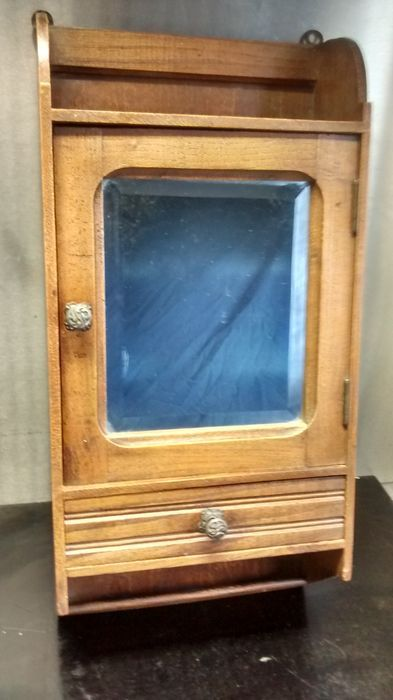Online veilinghuis Catawiki: Antiek scheerkastje met geslepen spiegeldeurtje en lade met art nouveau handgrepen - boerengrenen