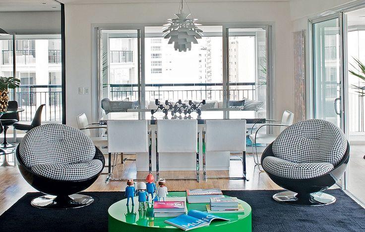 """As poltronas Esfera, dos anos 1960, foram arrematadas em uma Família Vende Tudo e renovadas com tecido de estampa pied-de-poule. """"Saber que esses móveis têm história dá outro sabor à decoração"""", diz o designer de interiores Diogo Oliva"""