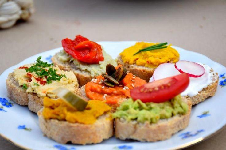 Ben je vegetariër, maar ben je de 'smos kaas' een beetje beu? Wij geven je inspiratie om je boterham gezond te beleggen. Vegetarisch én overheerlijk te maken. Want wat dacht je van een simpele guacamole, een pittige hummus of een heerlijke wortelspread? Of hou jij meer van zoet?