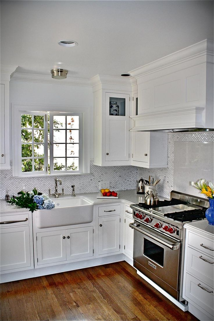 Fresh And Bright This Inviting Kitchen Offers Up Professional Quality Liances A Crisp White