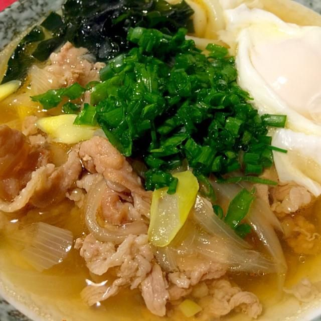 豚、牛の細切れ余り肉のスープが旨味たっぷりの肉うどんです。 卵でとじたバージョンも美味しいです。 - 16件のもぐもぐ - 甘旨辛肉うどん by Sayaka Jinsenji Hulette