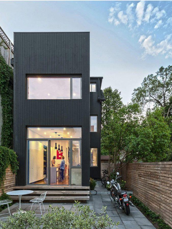Moderne aanbouw met zwart geverfd hout en glaspartijen
