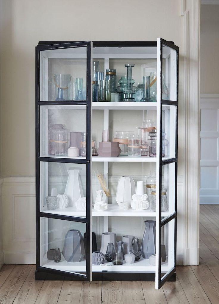 Vitrineskab glas sort/hvid Hübsch i høj kvalitet med unikt design. De har øje for detaljen, som gør deres produkter helt fantastiske.
