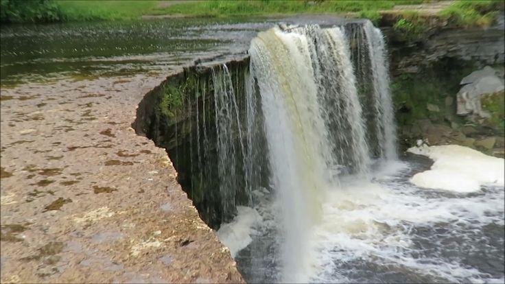 Jägala Wasserfall - Der Jägala-Wasserfall (estnisch Jägala juga) ist der größte natürliche Wasserfall in Estland und befindet sich rund 25 Kilometer östlich von Tallinn.  Der Jägala-Wasserfall befindet sich am Unterlauf des Jägala-Flusses in der Gemeinde Jõelähtme ca. 25 km östlich von Tallinn. Der Wasserfall liegt etwa 3 km vor der Mündung des Flusses in die Ostsee.  Du bist ein paar Tage in Tallinn der Hauptstadt von Estland? Mit dem Auto ist es eine Fahrt von knapp 45 Minuten bis zum…