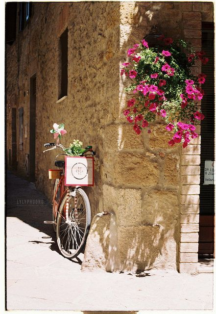 Italy - Flowers and bike #Pienza - Val D'Orcia - #Siena #Praktica