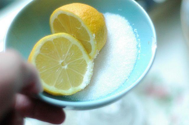 Zelfgemaakte natuurlijk scrub met citroen en suiker.