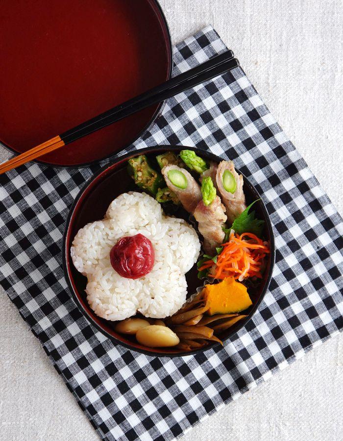 Flower-shaped rice ball bento/梅のおにぎり弁当