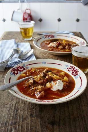 Das Rezept für Szegediner Gulasch-Suppe mit Sauerrahm und weitere kostenlose Rezepte auf LECKER.de