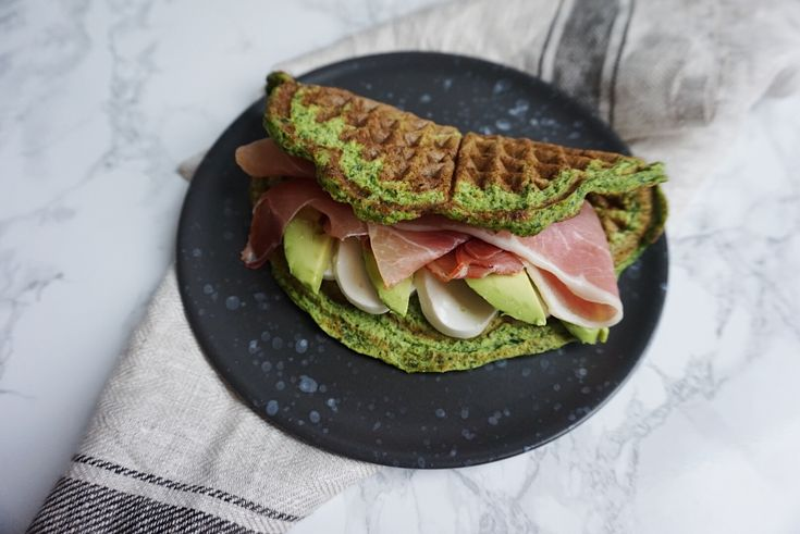 Spinatvaffel med mozzarella, serrano skinke og avocado | Camilla Drabo