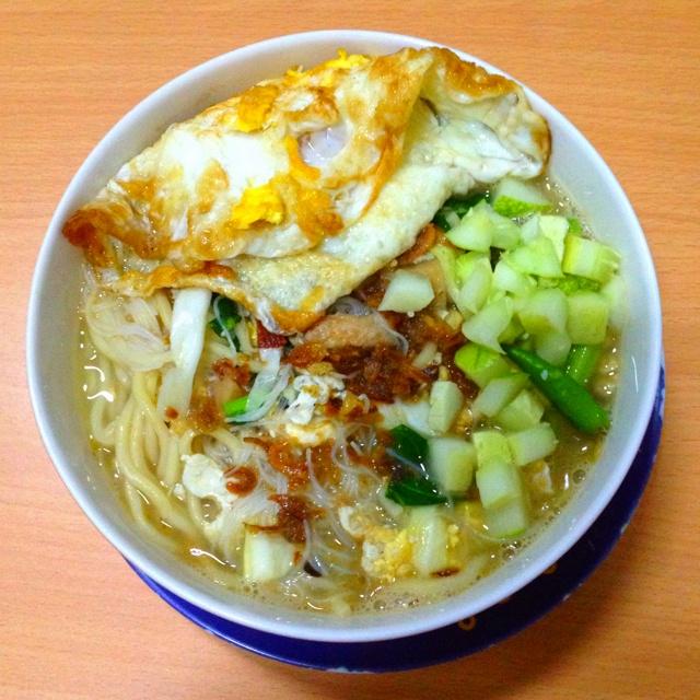 Mie kuah dokdok with additional fried egg #indonesianstreetfood #jakarta #indonesia
