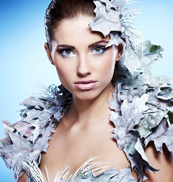 A hideg kék színek nem mindenkinek állnak jól, ezért óvatosan kell velük bánni, de világos bőr és sötét haj mellett remekül érvényesülnek.