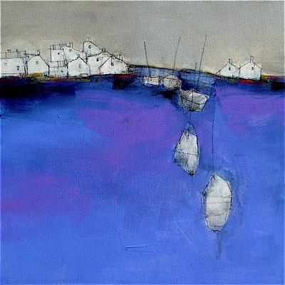 Roger Lane. Línea de costa de un pueblecito pesquero, en un mar azul precioso, que resalta con el cielo gris.