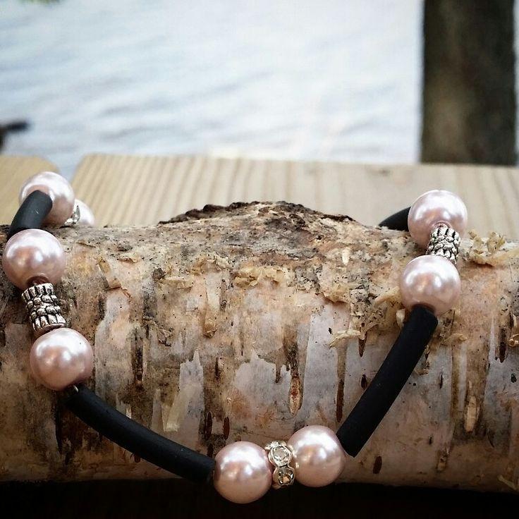 Armband med rosa pärlor och gummislang. Såld.