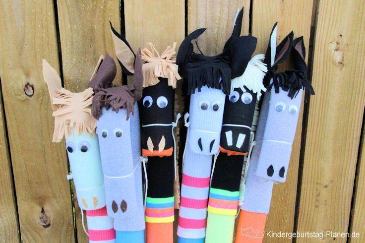 Pferdegeburtstag oder Pony-Party, Western-Motto oder Cowboy-Thema ... diese selbstgemachten Steckenpferde sind auf jeden Fall der Hit auf der Geburtstagsfeier mit Kindern! Geringe Kosten mit großem Effekt und sehr viel Spiel- ... äh ... Reitspaß!