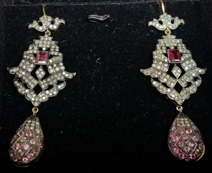 Online veilinghuis Catawiki: Oorbellen in goud en zilver met saffier, toermalijnen en 3,52 ct diamanten