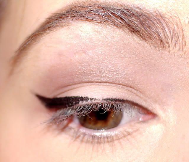 Ik draag heel vaak zwarte eyeliner met een flinke wing, en ik krijg daar wel het vaakst de volgende opmerking op: 'Hoe krijg je dat zo strak?! Ik probeer zoveel, maar het lukt me niet!' Ik heb er al eens een video over gemaakt maar ga vandaag alle tips en trucs uitleggen in een stap …