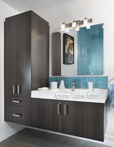 Qui a dit que salle de bain des enfants pouvait être banale ? Vanité bien mise en valeur avec la couleur accent de la céramique.