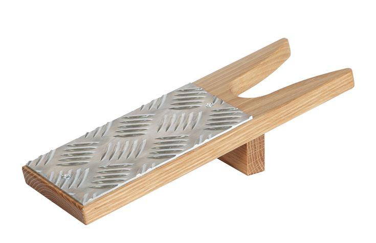 En smidig och smart lösning för att få av dig skorna.  Välj mellan vitlack, svartbetsad ek och oljad ek.