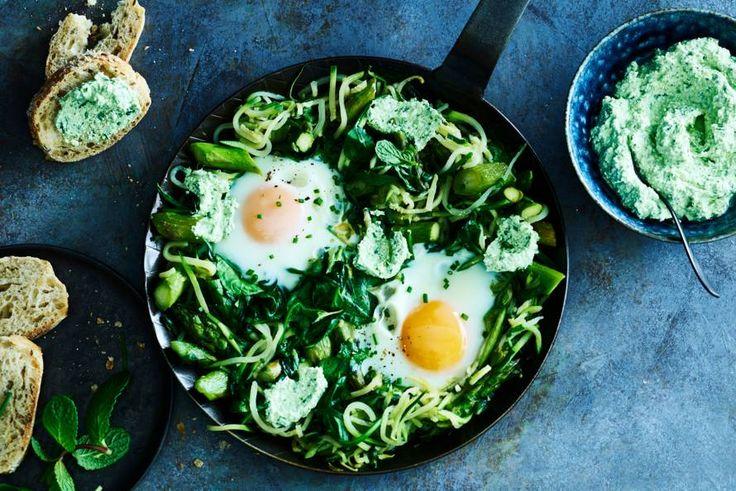 De traditionale shakshuka kennen we natuurlijk met tomaat, maar waarom vervangen we deze niet een keer door spinazie? - Recept - Allerhande