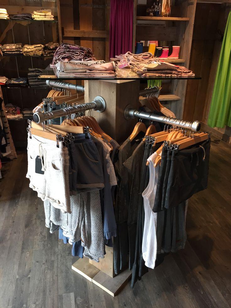 #Kledingwinkel ingericht met #steigerbuis en #buisklemmen. #kledingrek…