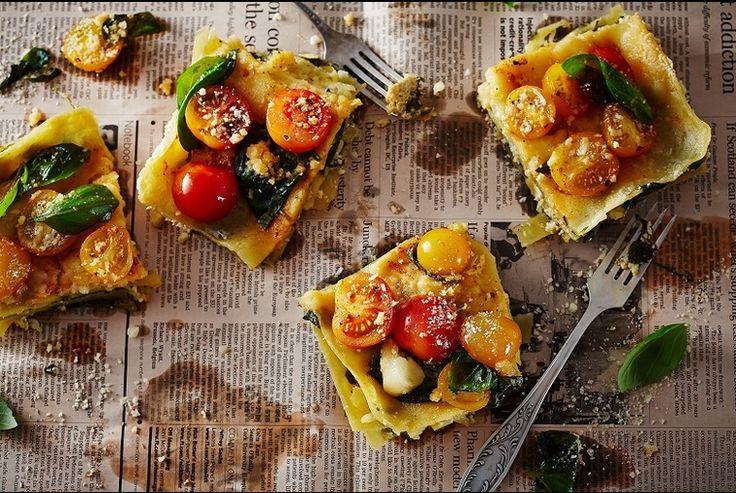 Lasagne, poranna prasa i kawa - tak zaczynamy dziś dzień  Coś dla duszy i ciała, pyszna #lasagne ze świeżymi pomidorami i bazylią. Jak tu nie kochać tej roboty, takie śniadanie możemy jeść codziennie? :)  PS: cenimy dobrą prasę, ale w tej nierównej walce wygrało ciało, a w sumie to bardziej żołądek ;)