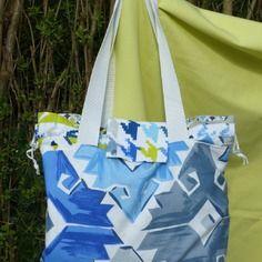 Sac cabas tissu motifs géométriques blanc et bleu,simili cuir bleu port a l'épaule