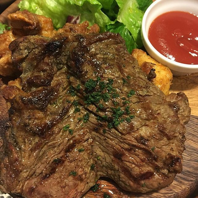 ランチでお腹一杯になる、パワーランチです! 牛ステーキ300g、チキンフリッター120gあるので、お腹ペコペコでご注文ください(*´∇`)ノ#肉 #渋谷 #渋谷ランチ #ステーキ #塊肉 #ビストロ #渋谷グルメ