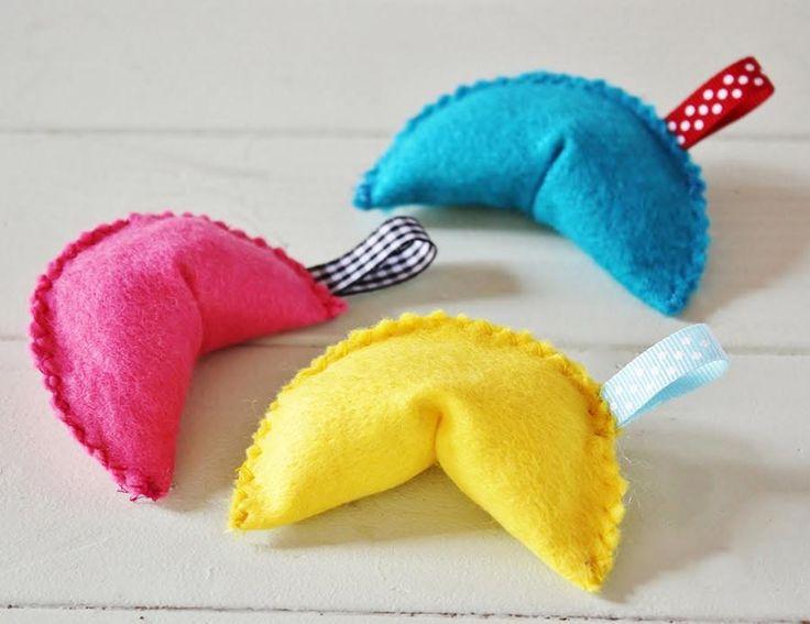 Fabriquez un jouet dont votre chat raffolera: des biscuits de fortune en feutrine! Hyper facile à réaliser, c'est LE jouet DIY parfait à réaliser pour divertir Minou!