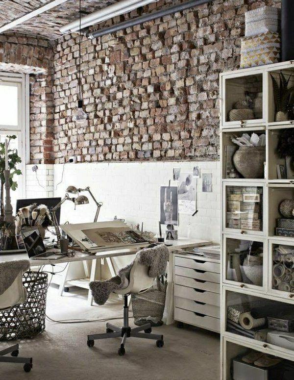 bureau industriel, chaise en fer, plantes vertes, fenetre grande, lumière