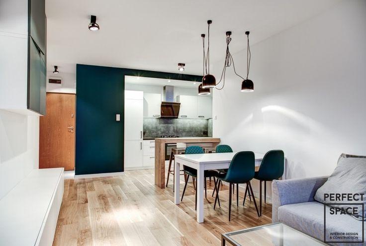 Kuchnia w formie aneksu otwarta na salon z praktycznym drewnianym barem.