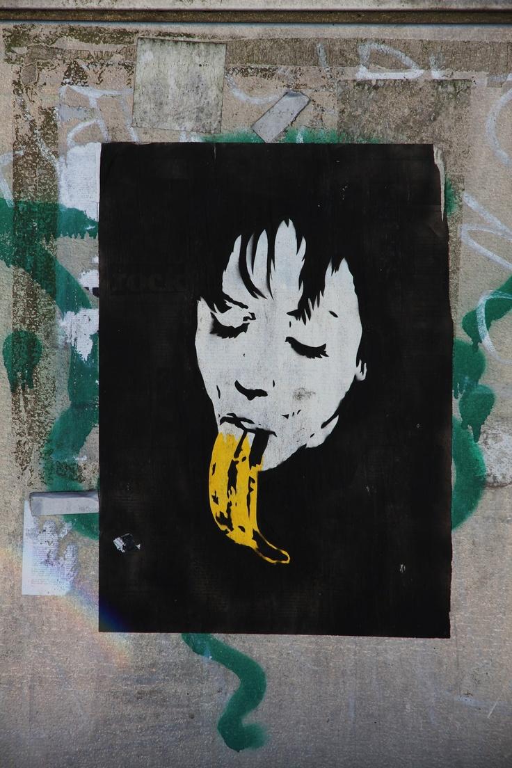 Banaaninainen sähkökaapin seinässä Forssan Keskuskadulla.