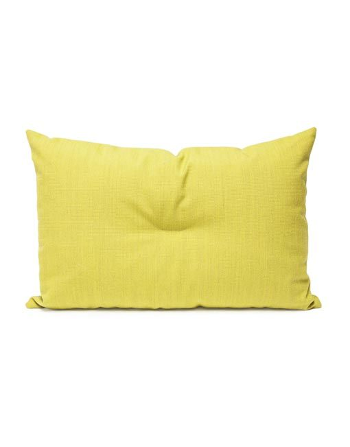 El cojin amarilloCrisp aporta colora tu sofá. Producido por NORR11, el cojín Crisp viene en cinco colores vibrantes (Gris claro, azul, amarillo, rojo y verde) y está hecho con tejidos de