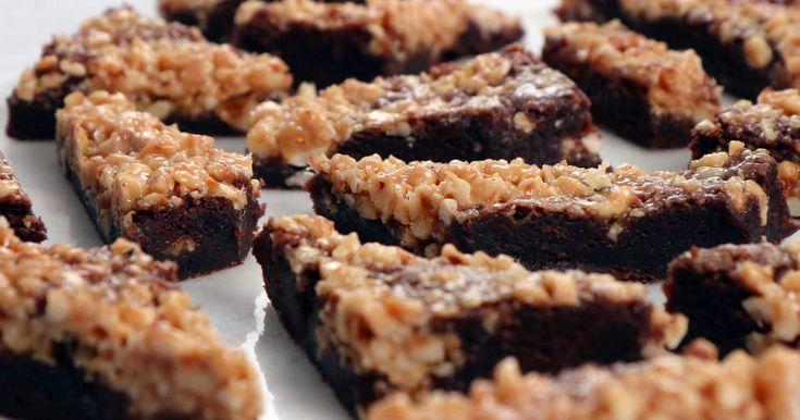 Denna chokladkaka med brynt smör och tosca på rostade hasselnötter är nästan beroendeframkallande... Perfekt helgfika!