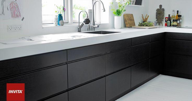 Muligheden for at vælge over 100 forskellige farver, tiltaler mange, som ønsker at sætte et personligt farvepræg på køkkenet. Helt særligt for Corian er, at du kan få en flot, integreret løsning, hvor vasken støbes ind i materialet.
