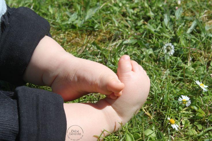 pieds - bébé - enfant - herbe - jardin - sens - toucher - contact - découverte - chatouillement - été - printemps - sérénité