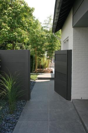 Leuk die steentjes naast die grote terrastegels #moderne #tuin by irma