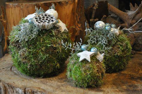 Zin in een leuk kerststukje maken? Deze kerstbollen van mos zijn dit jaar helemaal in. Op de blog lees je een werkbeschrijving met foto's per stap!