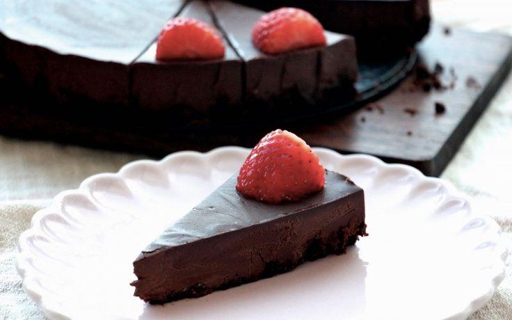 Osobně nejsem moc velký nadšenec do dezertů. Cukrárny nevyhledávám a ani nepotřebuji ke kávě nějaký ten dortík. Na tenhle dortík mám však chuť vždycky! Je to ten nejdokonalejší čokoládový koláč, není moc sladký a…
