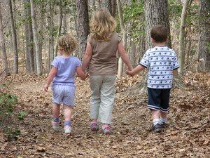 children-walking-300x225.jpg (300×225)