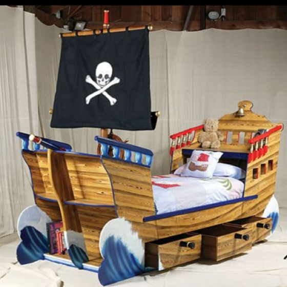 Really cool pirate bed!! @Halley Hindman GET SOME CANDLESTICKS, WE'RE DOING THIS.