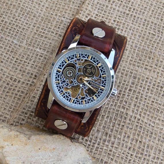 Mens/Womens skelet mechanische Wrist Watch. Gemaakt van plantaardig gelooid leder van topkwaliteit. Hand geverfd en gestempeld  Manchet is 1,5 inch (3,8 cm) breed De band verstelbaar tussen 17 en 20 cm (6,7 en 7,9 inch)  Als u een verschillende grootte nodig, laat het me weten na aankoop in note for verkoper.  Wiel diameter: ca. 4,0 cm/1.6 in Bellen dikte: ca. 1,1 cm/0.4 in  Materiaal: roestvrij stalen behuizing Movement: Mechanical - self-winding  Bezoek aan mijn andere winkel...