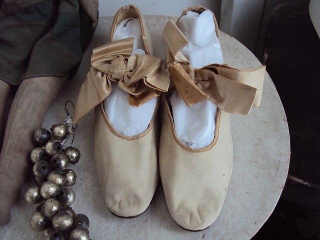 ik hou er zo van.Schoenen uit de Victoriaanse tijd.I love those shoes from the Victorian periode!